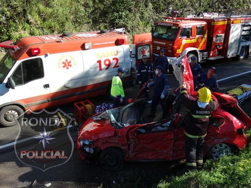 Jovem fica presa às ferragens em acidente na BR-282