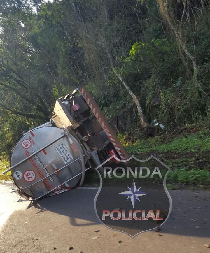 Caminhão tomba a margem da SC-283