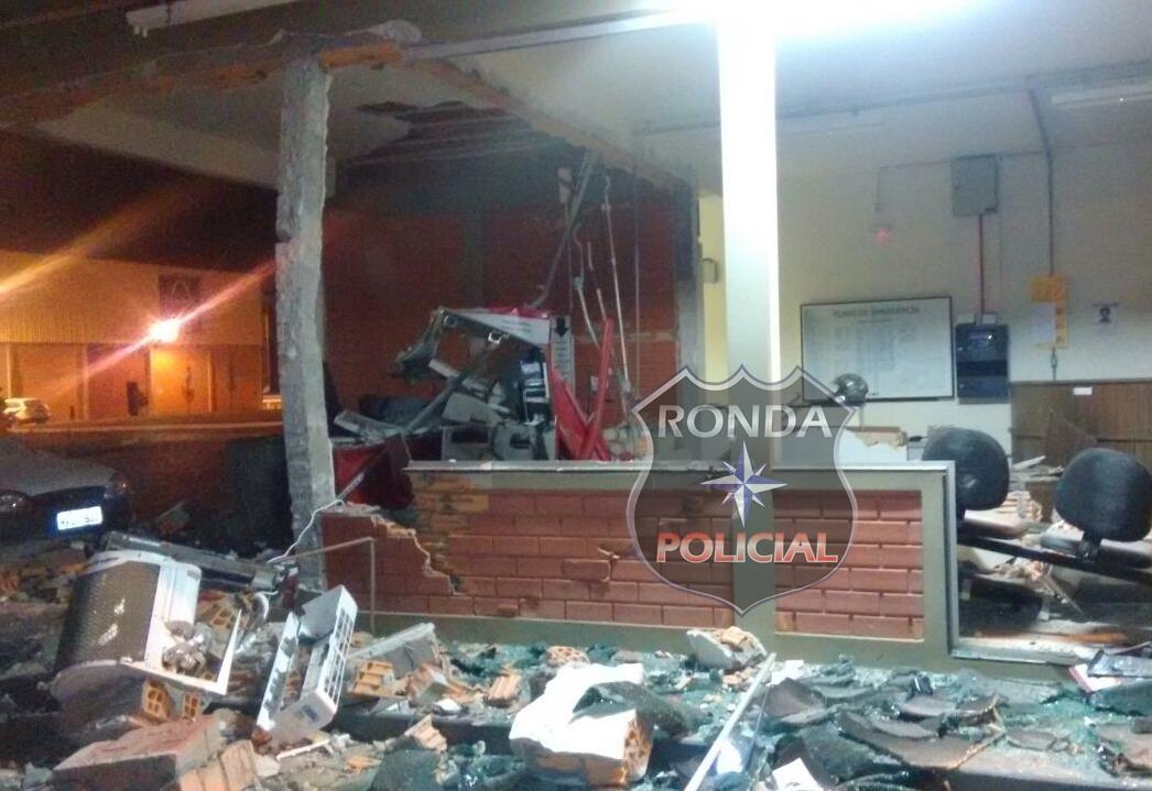 Bandidos explodem caixa eletrônico em madeireira