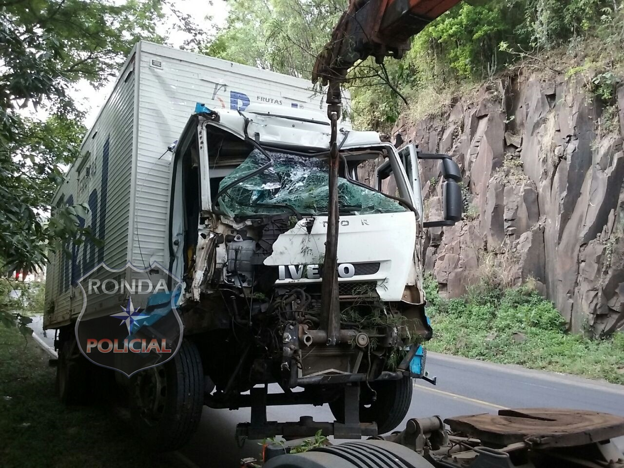 Duas pessoas ficam feridas em colisão entre caminhão e carreta na 282