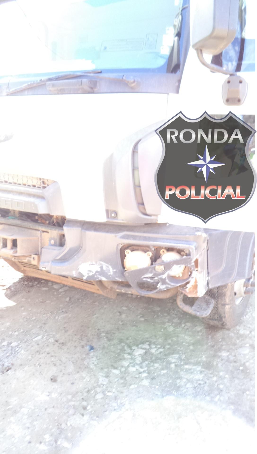Colisão entre caminhão e carro deixa mulher ferida