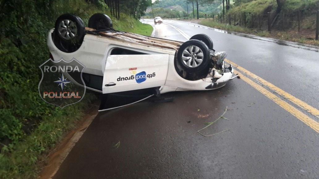 Carro de Xanxerê capota depois de aquaplanar na SC-155