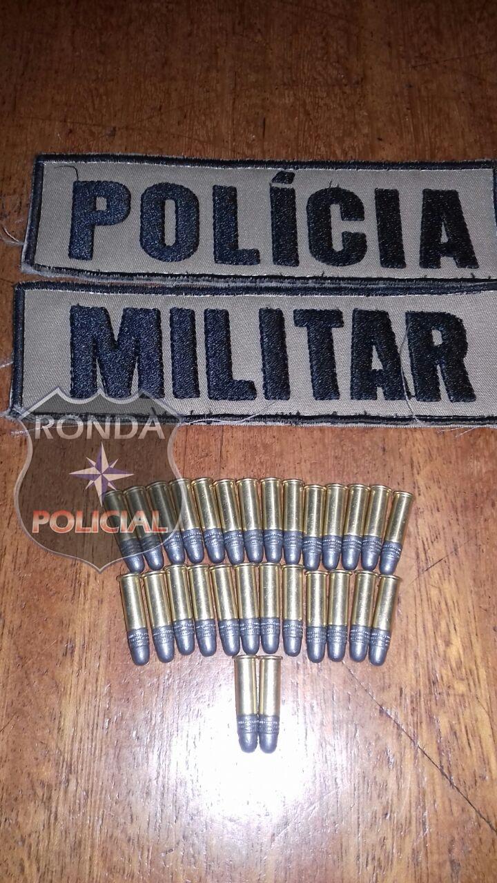 Homem é preso de posse de farta munição e armas branca