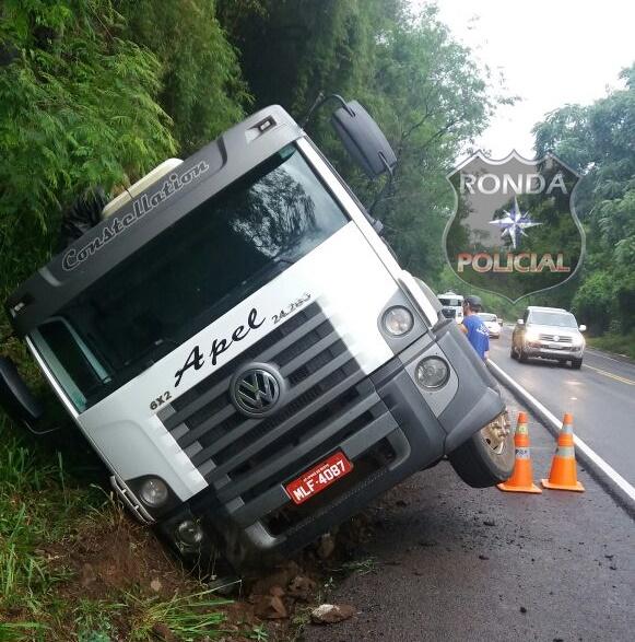 Ultrapassagem forçada resulta em acidente com caminhão leiteiro na 282