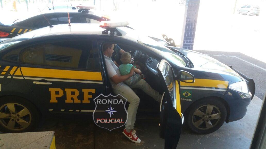 Pai realiza sonho do filho e o leva para conhecer viatura policial