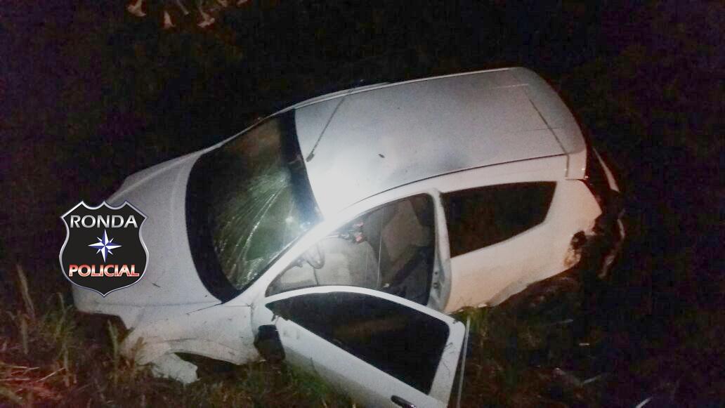 Jovem fica ferido ao capotar veículo durante a noite