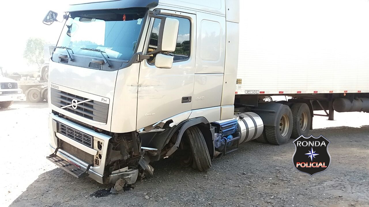 Idoso fica ferido em colisão entre carro e carreta