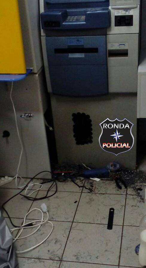 Bandidos voltam a estourar caixa eletrônico
