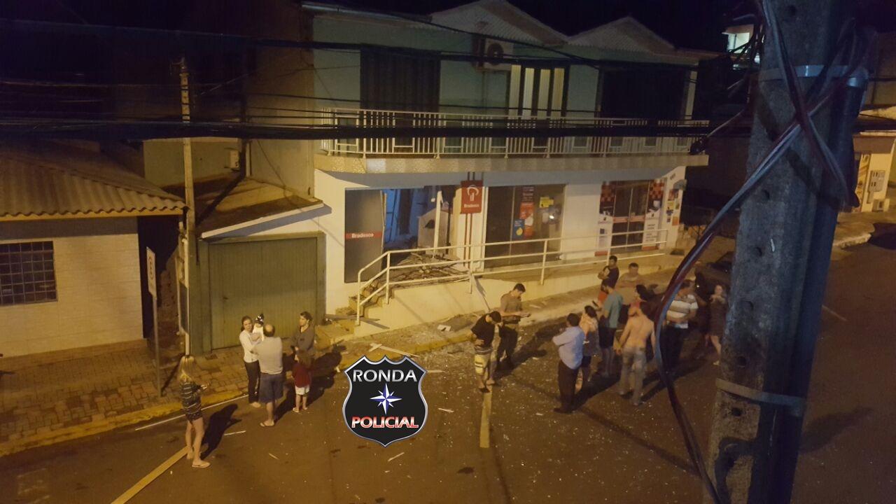 EXCLUSIVO – Bandidos explodem caixa eletrônico de agência bancária em Passos Maia