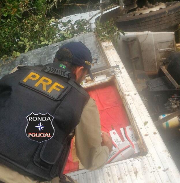 Caminhão carregado de cigarro é abandonado a margem da 282 após capotamento
