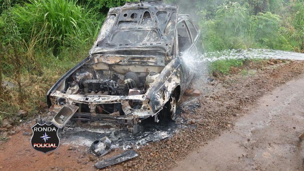 Veículo é consumido pelo fogo no interior