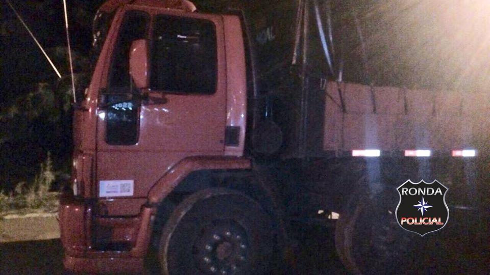Embriagado caminhoneiro de Xaxim bate em três veículos na BR-153