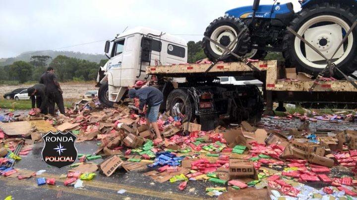 Carreta de São Lourenço do Oeste tem carga saqueada depois de se envolver em engavetamento no Paraná
