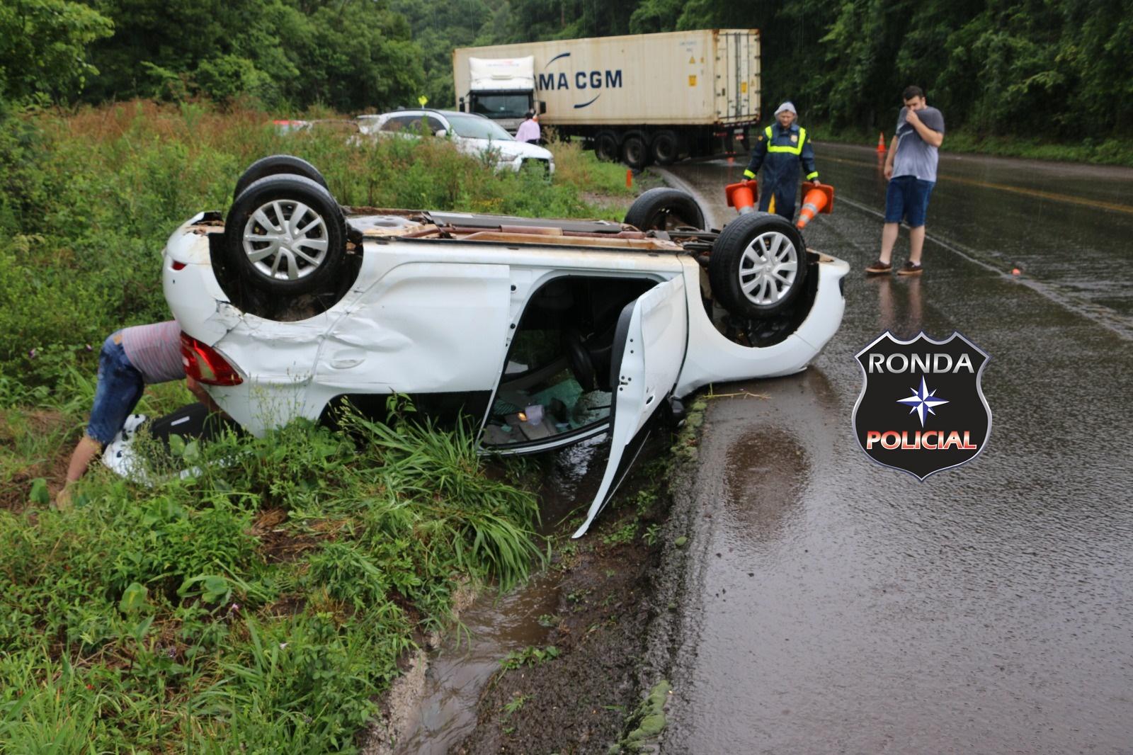 Gestante fica ferida depois de capotar veículo ao se envolver em engavetamento na 282