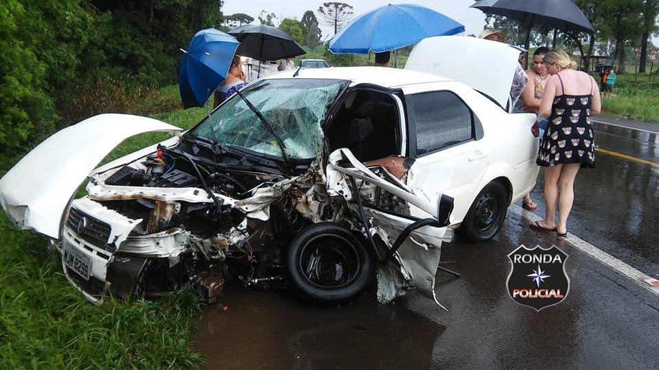 Motorista fratura a coluna em colisão entre carro e caminhão