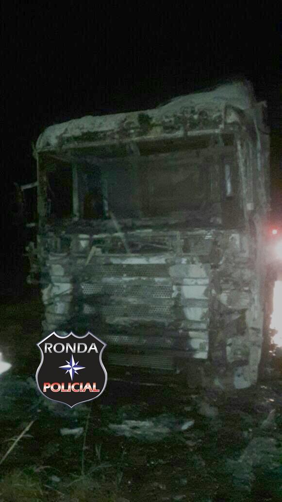 Carreta é consumida pelo fogo na SC-155