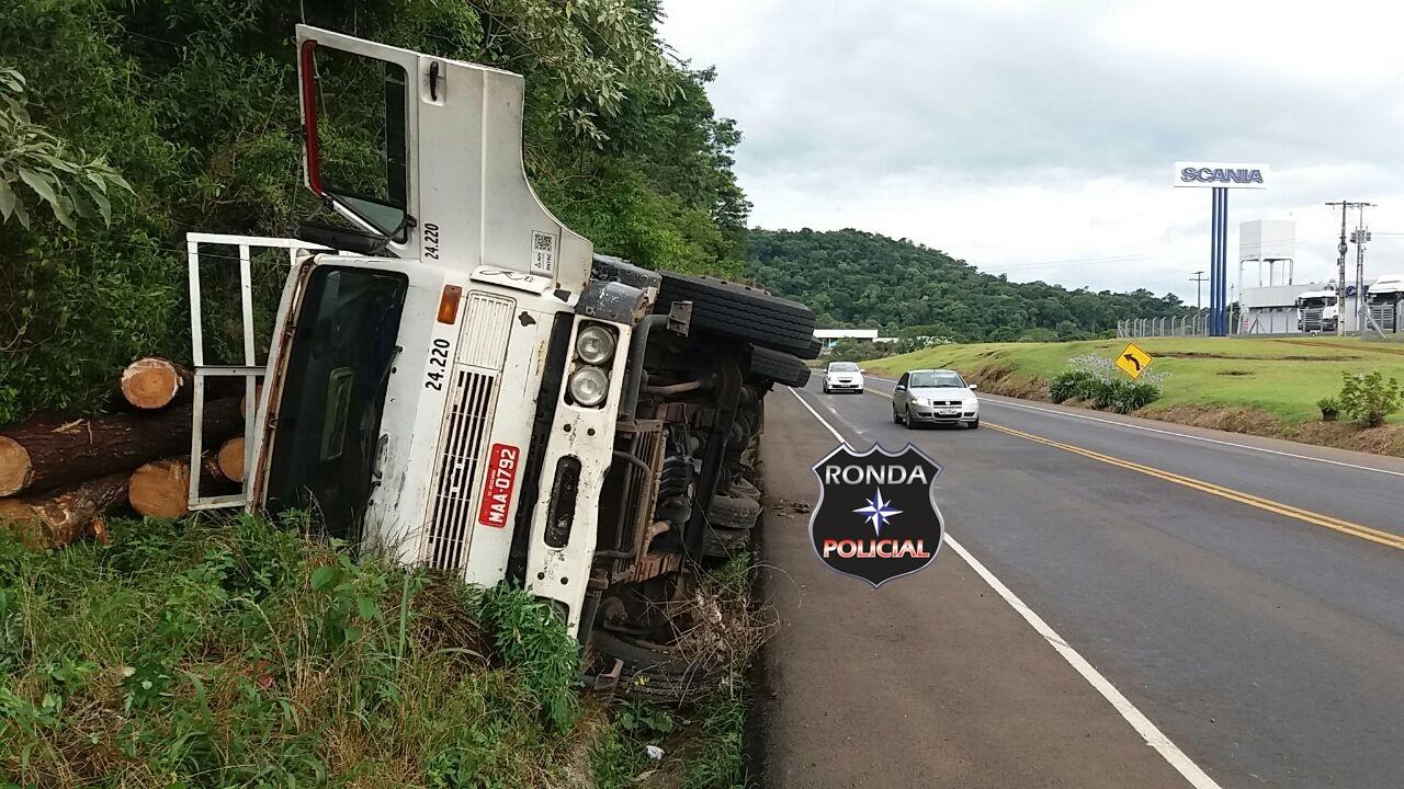 Caminhão carregado de madeira tomba a margem da BR-282