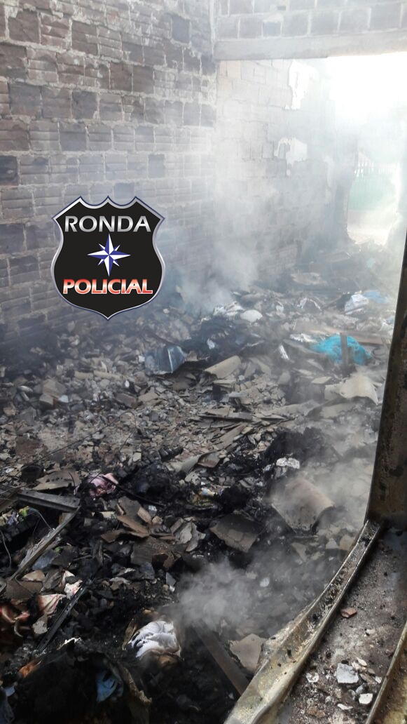 Duas pessoas morrem carbonizadas em incêndio em residência durante a madrugada