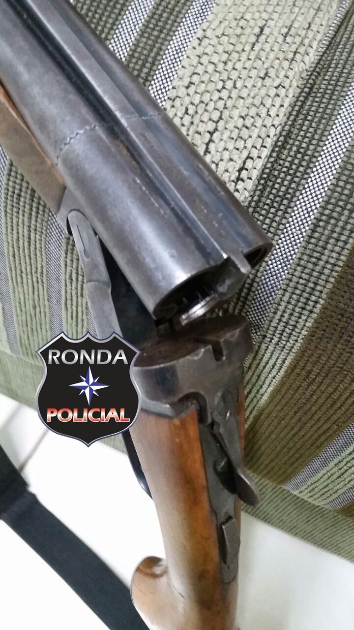 Dois homens são detidos por porte ilegal de arma de fogo e caça