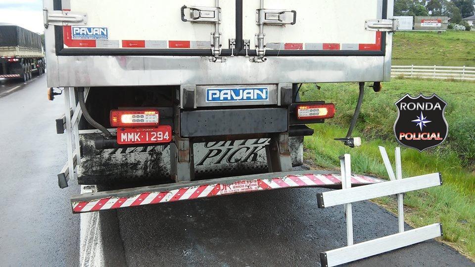 Carro argentino se envolve em acidente com caminhão na BR-282