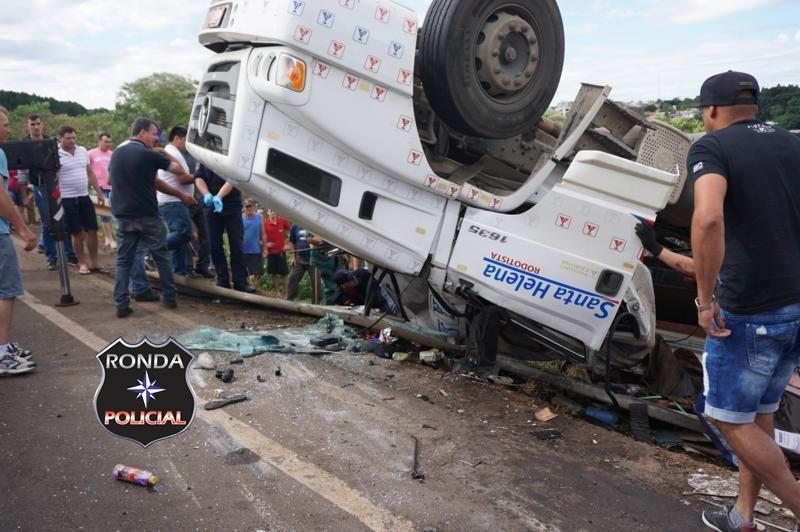 Família sai ilesa de capotamento de caminhão na BR-153