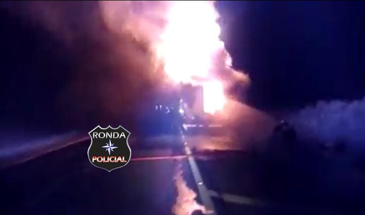 Carreta é consumida pelo fogo a margem de rodovia