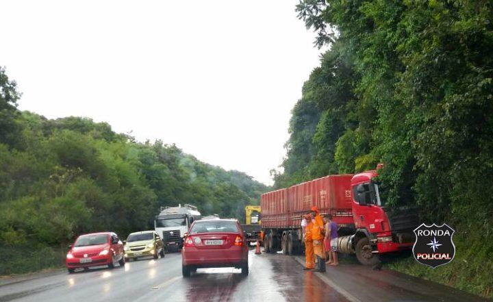 Saída de pista de carreta deixa trânsito lento na 282
