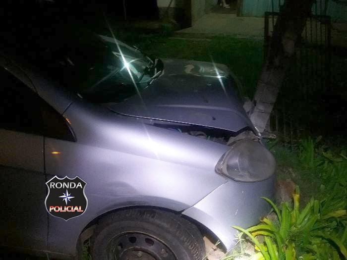Motorista abandona carro após colidir em muro de residência