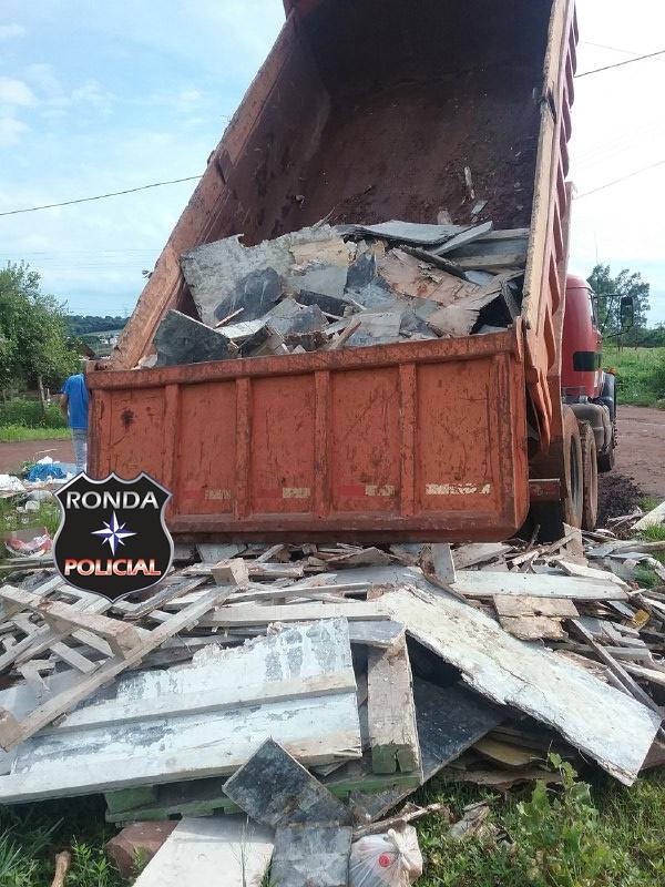 Caminhão é flagrado depositando entulhos em terreno baldio no Vila União