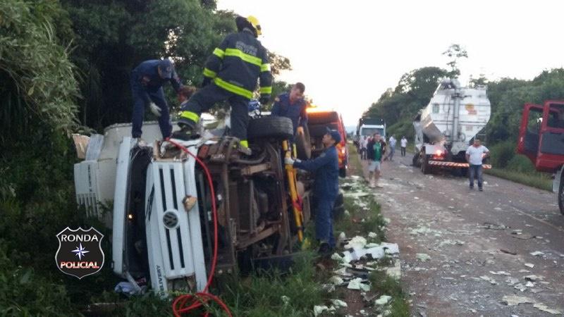 Duas pessoas ficam feridas em colisão frontal entre dois caminhões