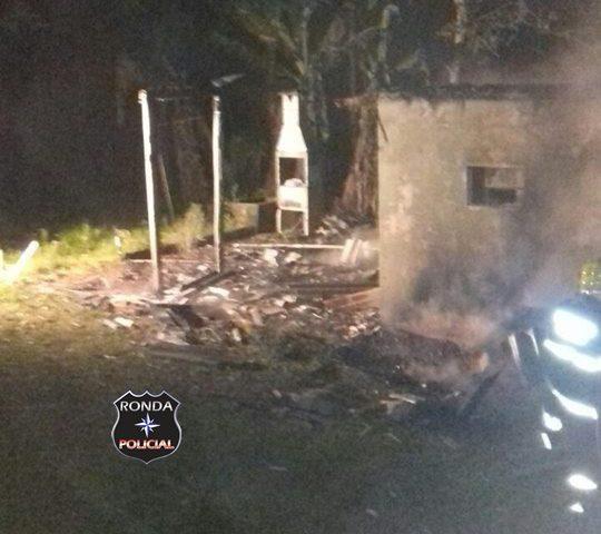Incêndio consome residência em propriedade rural durante a madrugada