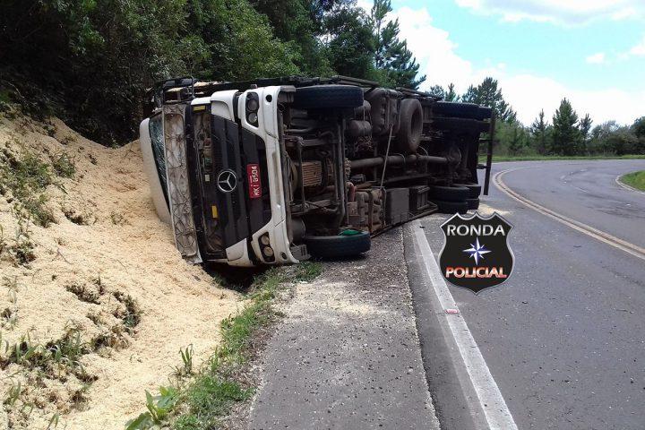 Duas pessoas ficam feridas em tombamento de caminhão de Xanxerê na 282