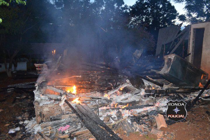 Casa é consumida pelo fogo durante a madrugada