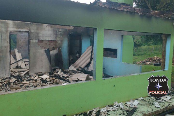 Casa é consumida pelo fogo em propriedade rural