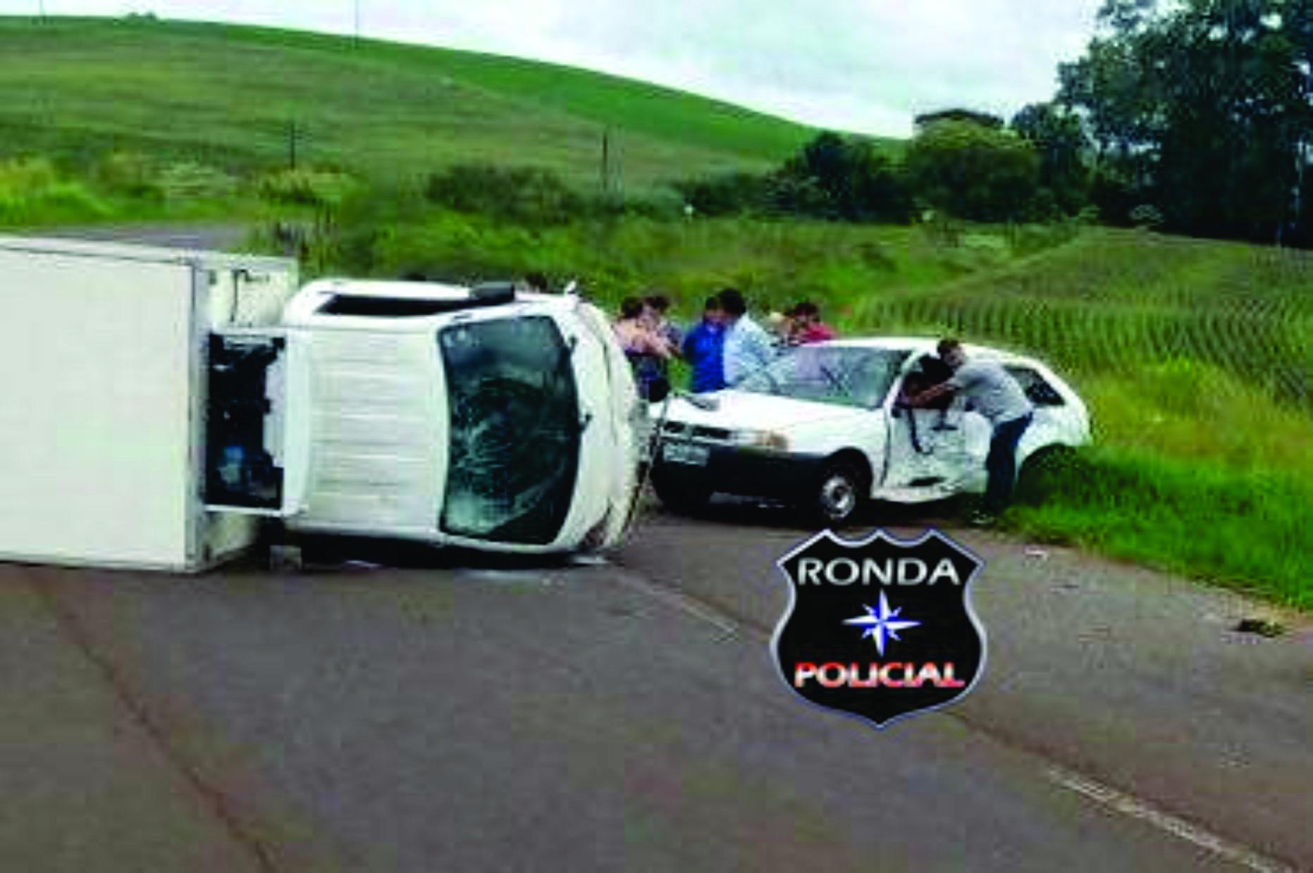 Caminhão de Chapecó tomba e deixa dois feridos após colidir em carro