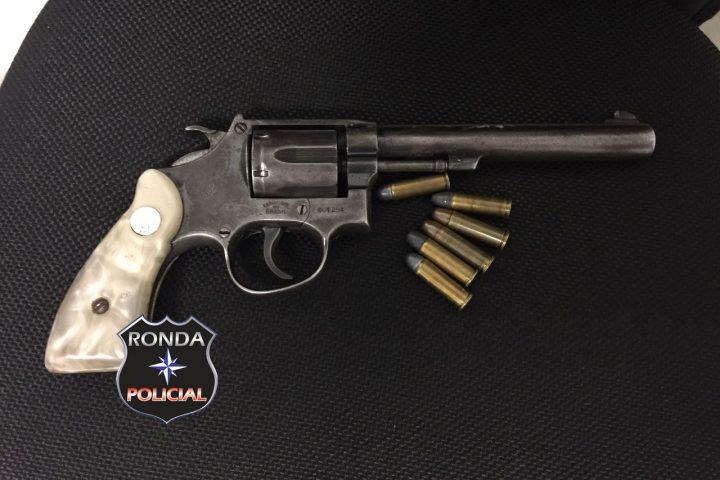 Jovem é preso em flagrante de posse de revólver em casa noturna