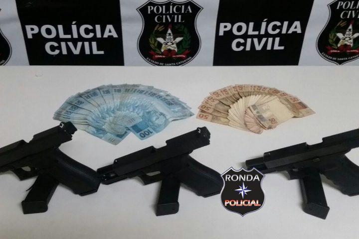 Mãe e filho são flagrados com pistolas de uso restrito durante a madrugada