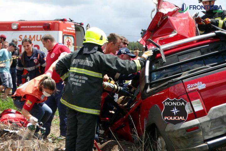 Motorista fica gravemente ferido em acidente entre picape e carreta