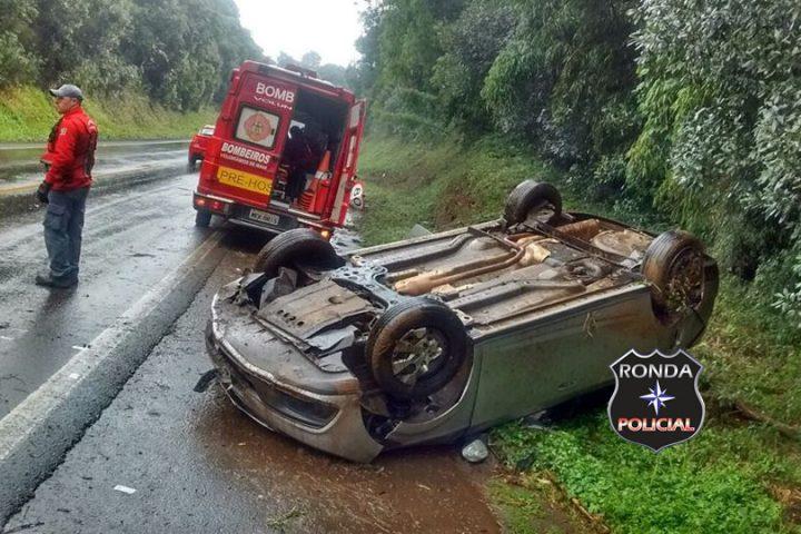 Motorista chapecoense fica ferido ao capotar veículo na 282