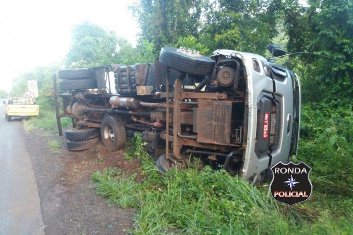 Caminhão graneleiro tomba a margem da 282