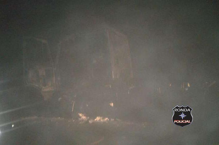 Caminhão de Chapecó é consumido pelo fogo durante a madrugada