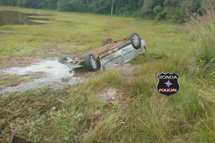 Veículo capota e vai parar dentro de banhado no interior de Passos Maia