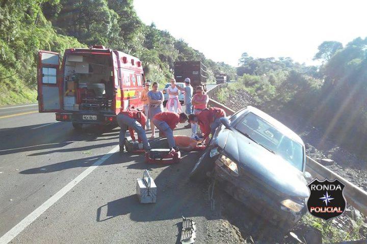 Guard rail evita que carro despenque em ribanceira após colidir em caminhão