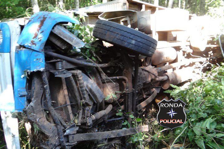 Caminhão de Chapecó despenca em ribanceira de aproximadamente 100 metros