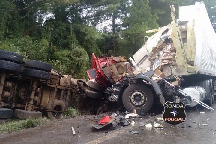 Dois caminhoneiros morrem em grave acidente na BR-153