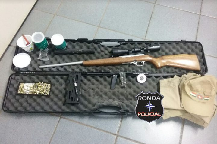 Homem é preso de posse ilegal de rifle, equipamento bélico de uso restrito e farda da PMSC