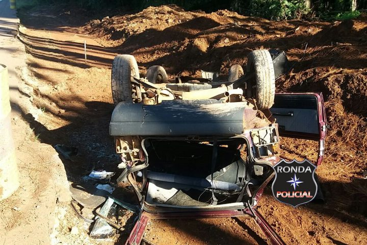 Duas pessoas ficam feridas ao capotar carro de Xanxerê na 282