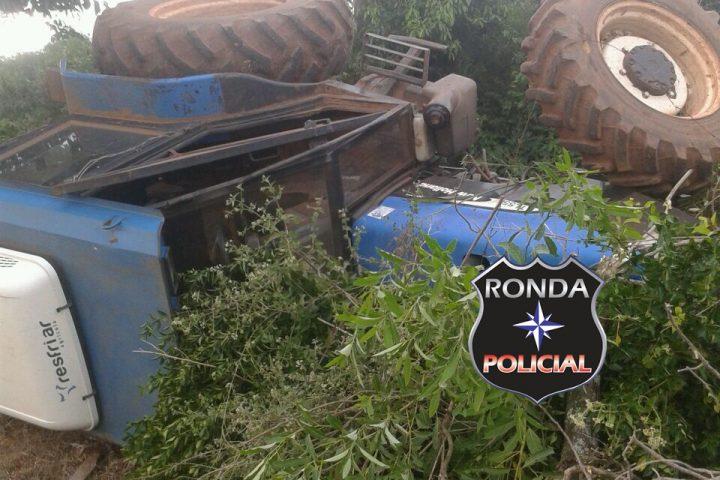 Agricultor fica ferido ao tombar trator em propriedade rural