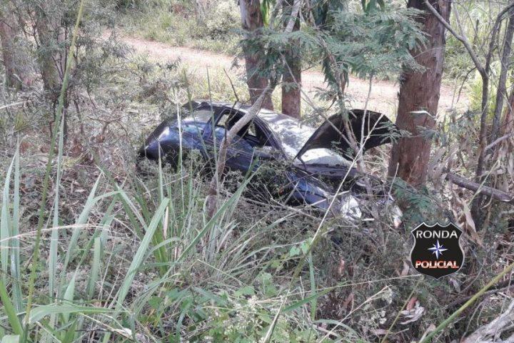Motorista fica ferido em saída de pista e choque em árvore