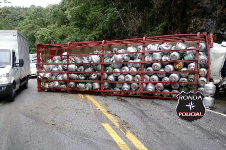 Caminhão de gás tomba na BR-282